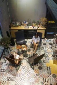 Gạch bông ngẫu nhiên lát sàn quán cà phê