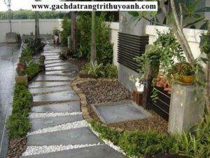 Chỉ với không gian nhỏ cũng taọ nên một sân vườn đẹp với cây hoa sỏi đá tự nhiên