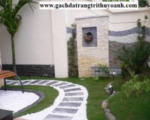 Sỏi trang trí cùng với hoa cỏ tạo nên một sân vườn tuyệt đẹp