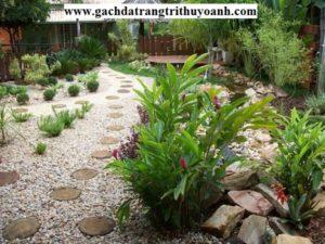 Sỏi cùng với hoa cỏ,đá tạo nên một sân vườn tuyệt đẹp