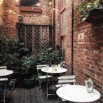 trang trí quán cà phê đẹp bằng gạch cổ