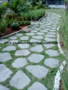 Đá thớt lát sân cho không gian sân vườn thêm đẹp