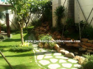 Đá thớt bazan kết hợp với sỏi cuội tô điểm cho không gian sân vườn