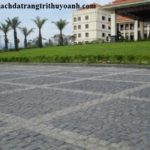 Sân vườn khu resort được lát bằng đá bazan cubic