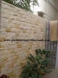 Bức tường cổng được ốp bằng đá bóc vàng tự nhiên