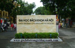 Cổng trường đại học được ốp bằng đá bóc vàng