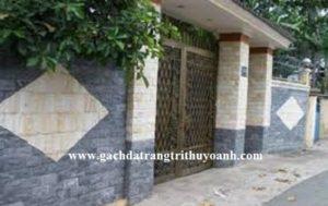 Tường cổng được ốp lát đá bóc vàng và đá bóc đen