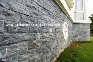 Chân tường ốp đá bóc đen tự nhiên