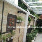 Tô điểm cho bức tường bằng đá bóc hồng tự nhiên