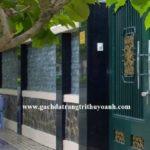 Đá bóc xanh rêu ốp tường tạo điểm nhấn xung quanh ngôi nhà