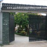 Đẹp hơn với cột cổng được ốp bằng đá bóc xanh rêu