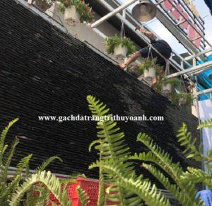 Tô điểm cho bức tường quán cafe ốp bằng đá suối tự do