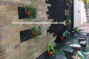 Bức tường hồ cá Koi được trang trí bằng đá răng lược và đá suối tự do