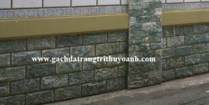 Tô điểm cho bức tường xunh quanh nhà được ốp bằng đá bóc xanh ngọc
