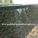 Đá chong chóng xanh ốp tường tạo thác nước cho tiểu cảnh sân vườn