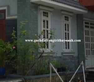 Đá xanh hải dương lồi ốp tường tạo điểm nhấn cho ngôi nhà