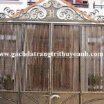 Cột cổng được trang trí bằng đá vân gỗ phẳng