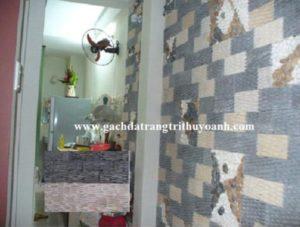 Tô điểm cho bức tường trong nhà bằng đá răng lược đen và răng lược trắng