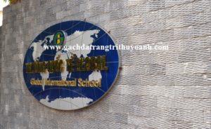 Tạo điểm nhấn cho cổng trường ốp bằng đá răng lược đen