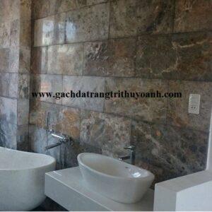 Phòng tắm khu nghỉ dưỡng ốp tường bằng đá mài bóng vàng bông